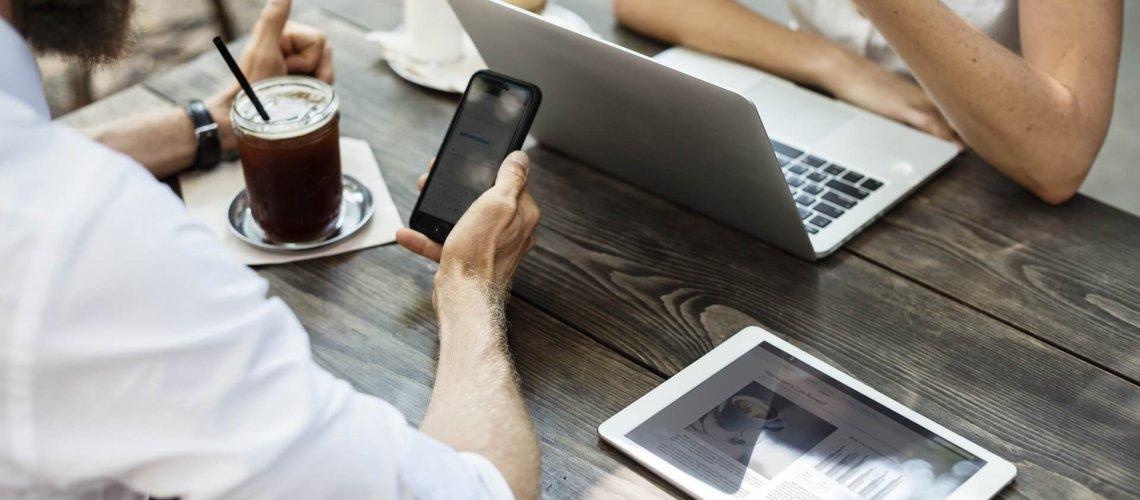 Mobiel checken laptop